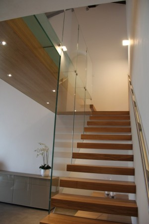 Walkway in glass with large parapets